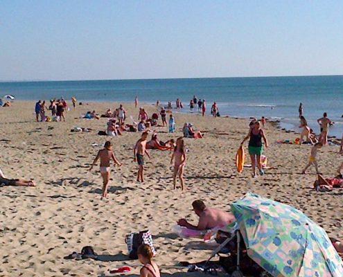 ville de créances la plage en été avec des vacanciers